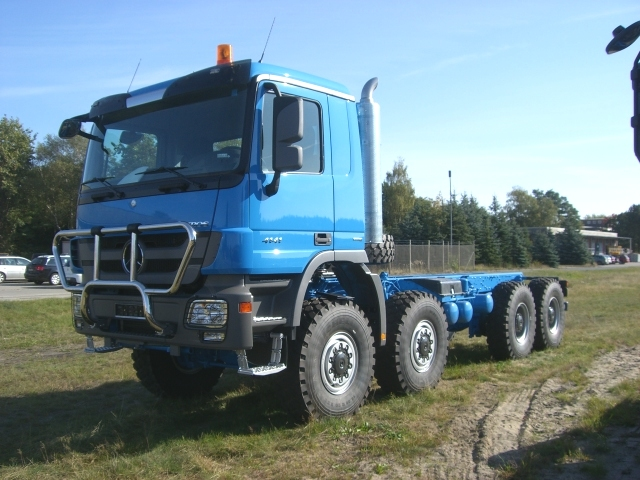Actros 8x8 and a 6x6 Very Nice! Looks very capable for a ...